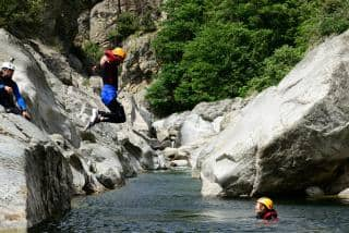 activités faire du canyoning camping Ardèche le Vieux Vallon Ardèche